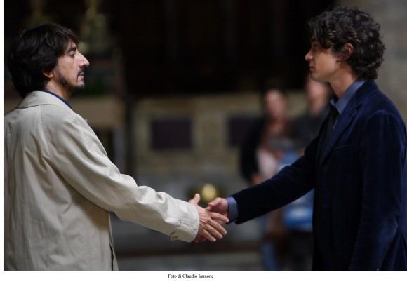 Stretta di mano tra Riccardo Scamarcio e Sergio Rubini in un'immagine del film Colpo d'occhio diretto dallo stesso Rubini