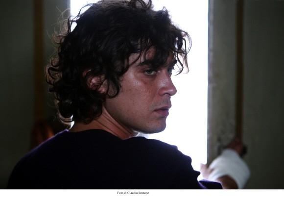 Un primo piano di Riccardo Scamarcio in un'immagine del film Colpo d'occhio