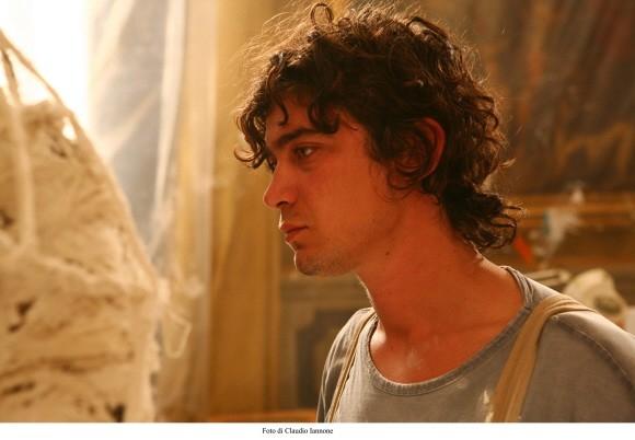 Riccardo Scamarcio in una sequenza del thriller Colpo d'occhio diretto da Sergio Rubini
