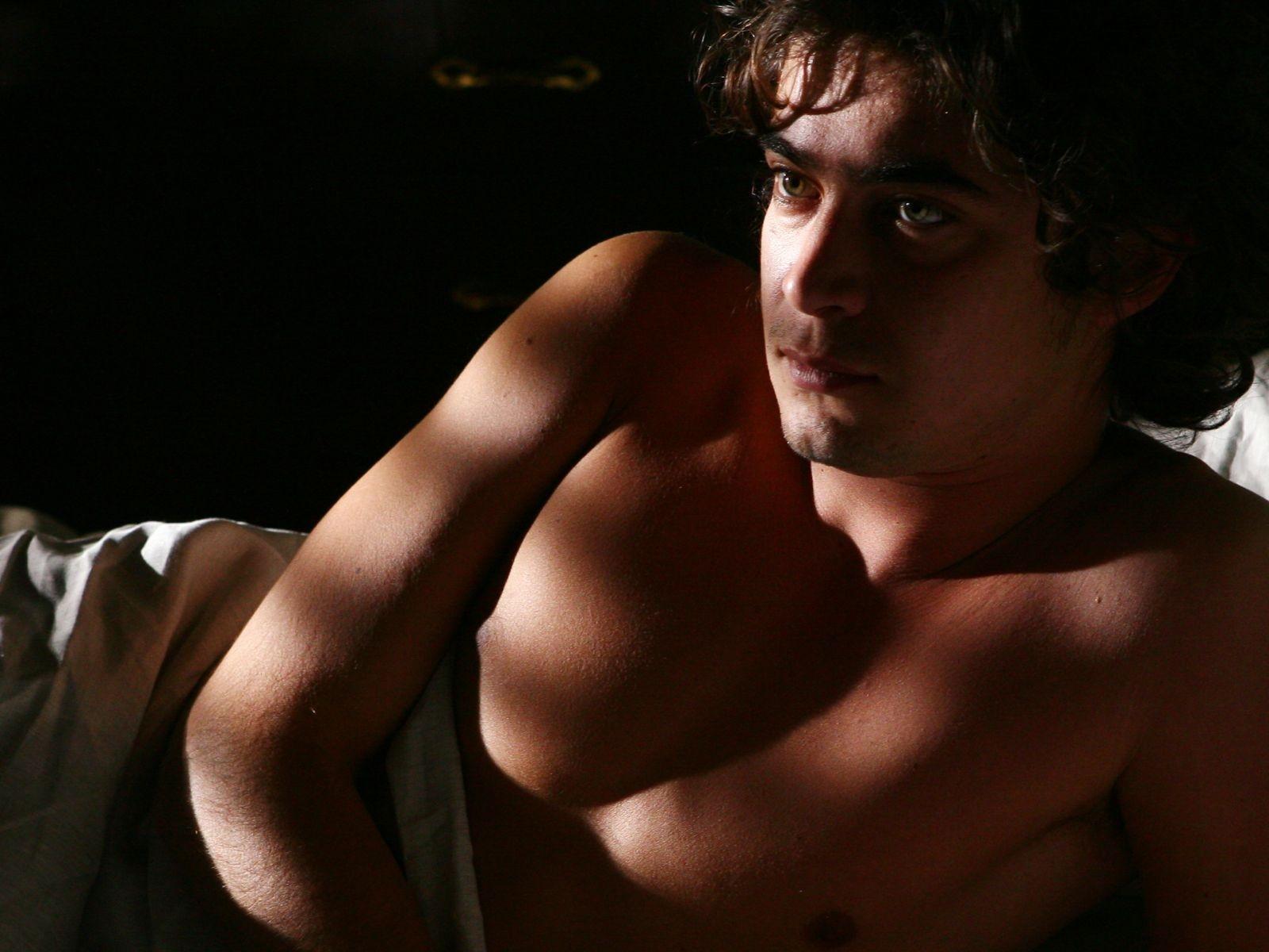 Riccardo Scamarcio a torso nudo in un wallpaper del film Colpo d'occhio