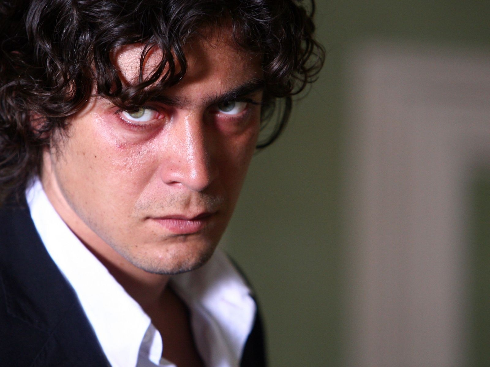 Un intenso sguardo di Riccardo Scamarcio in un wallpaper del film Colpo d'occhio
