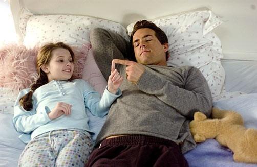 Abigail Breslin con Ryan Reynolds in una scena di Certamente, forse