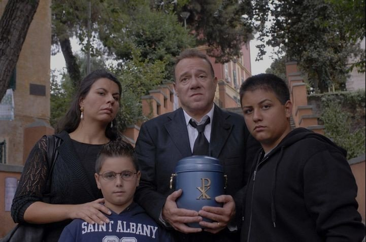Carlo Verdone, Geppi Cucciari e famiglia ad un funerale in Grande, grosso e... Verdone