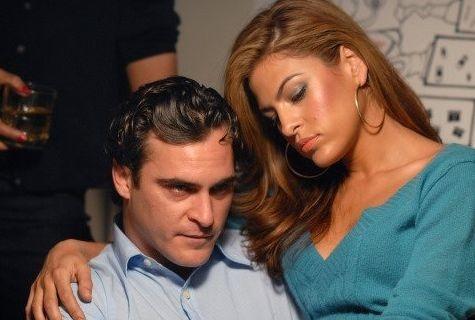 Eva Mendes abbraccia Joaquin Phoenix in una scena de I padroni della notte