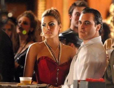 Joaquin Phoenix con Eva Mendes in una scena de I padroni della notte
