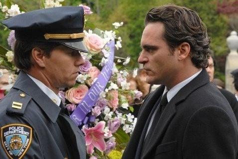 Joaquin Phoenix e Mark Wahlberg in una scena de I padroni della notte
