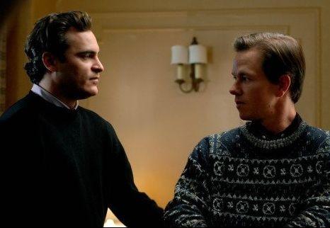 Joaquin Phoenix e Mark Wahlberg in una sequenza de I padroni della notte
