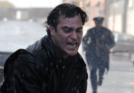 Joaquin Phoenix in una drammatica sequenza de I padroni della notte