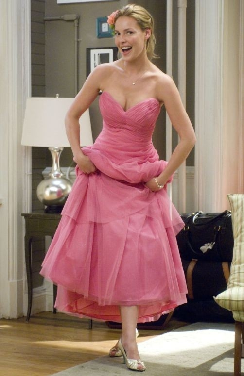 Katherine Heigl in abito rosa in una scena del film 27 volte in bianco