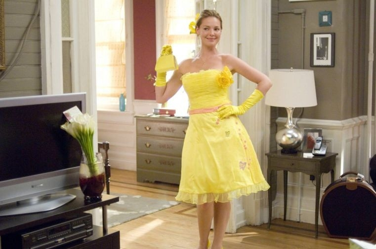 Katherine Heigl tutta in giallo in una sequenza di di 27 volte in bianco