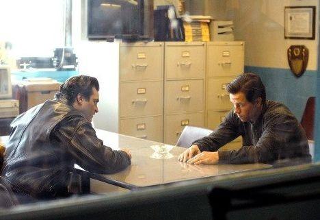Mark Wahlberg e Joaquin Phoenix in una scena de I padroni della notte