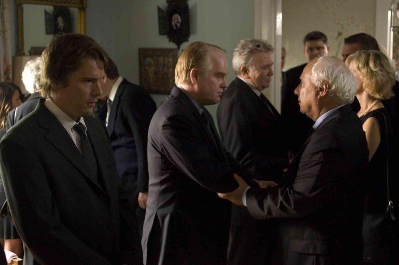 Philip Seymour Hoffman ed Ethan Hawke in una scena di Onora il padre e la madre