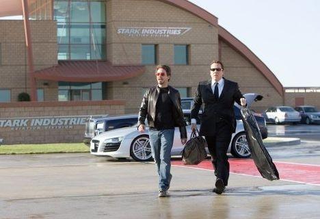 Robert Downey Jr. e Jon Favreau in una scena di Iron Man