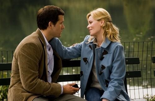 Ryan Reynolds e Elizabeth Banks in una scena di Certamente, forse