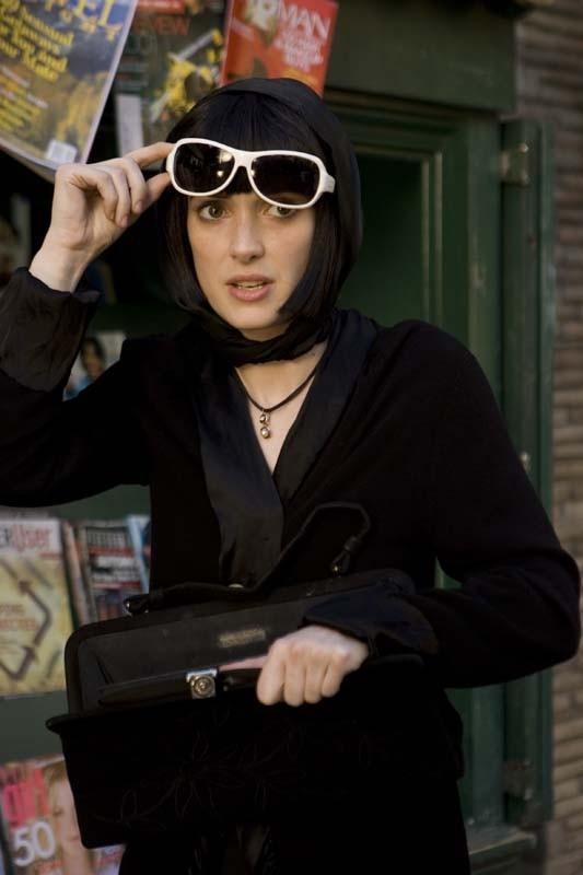 Winona Ryder è Death, spietata femme fatale nel film Tutti i numeri del sesso