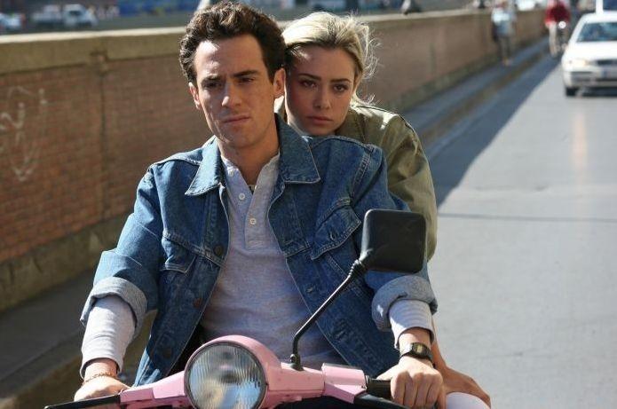 Elio Germano e Martina Stella in una sequenza del film Il mattino ha l'oro in bocca