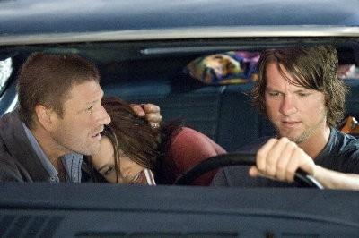 Sean Bean, Sophia Bush e Zachary Knighton in una scena di The Hitcher