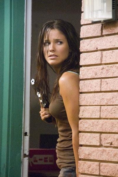 Sophia Bush in una scena del thriller The Hitcher