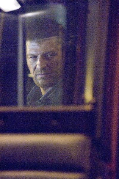 Un riflesso di Sean Bean in una scena di The Hitcher