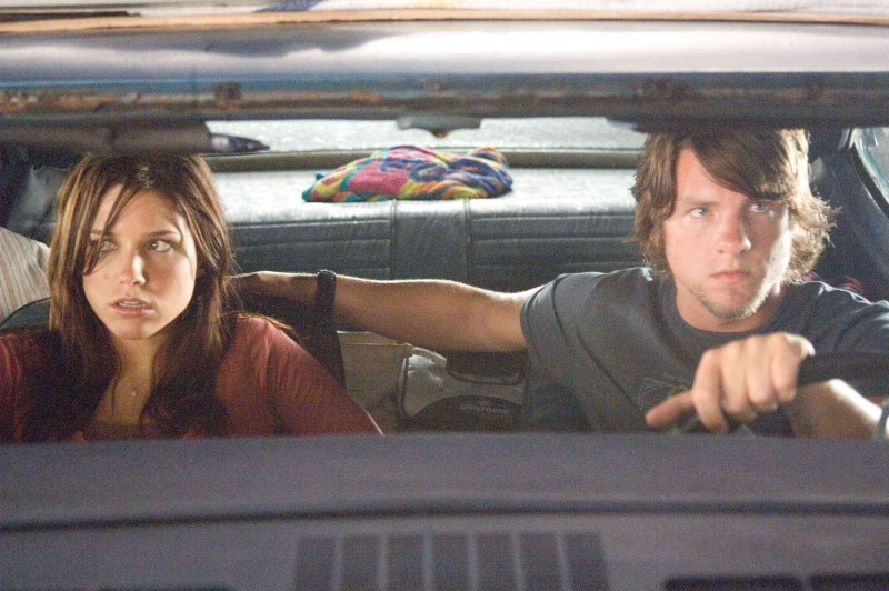Zachary Knighton con Sophia Bush in una scena di The Hitcher