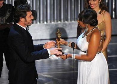 Academy Awards 2008: Javier Bardem riceve da Jennifer Hudson l'Oscar come miglior attore non protagonista per il suo ruolo in Non è un paese per vecchi
