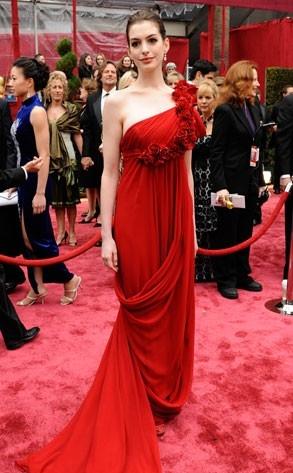 Anne Hathaway sul tappeto rosso degli 80° Academy Awards.