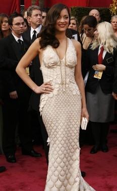 Marion Cotillard fasciata in un abito bianco sul tappeto rosso degli 80° Academy Awards.