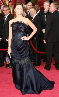 Penelope Cruz fasciata in un abito nero sul tappeto rosso degli 80° Academy Awards.