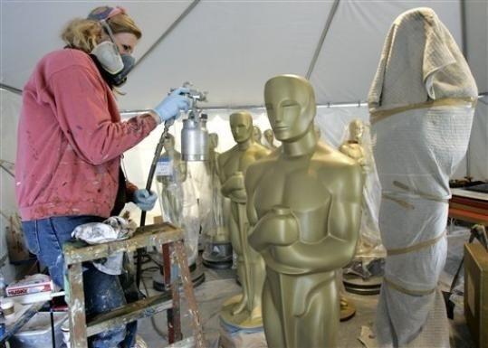 Una decoratrice alle prese con una delle statue per l'esterno del Kodak Theatre per gli ottantesimi Academy Awards (2008)