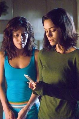 Ana Claudia Talancon e Shannyn Sossamon in una scena di Chiamata senza risposta