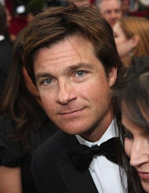 Jason Bateman sul tappeto rosso degli 80° Academy Awards.