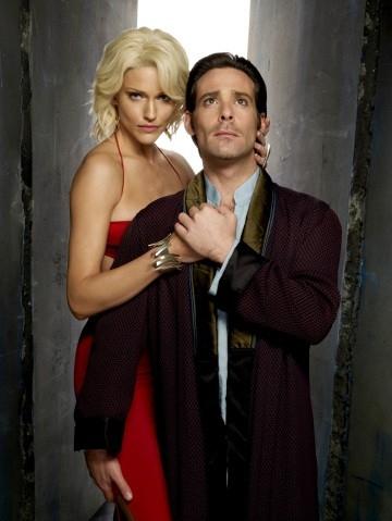James Callis e Tricia Helfer in una foto promozionale per la quarta stagione di Battlestar Galactica