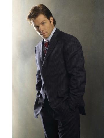 Jamie Bamber (Apollo) in una foto promozionale per la quarta stagione di Battlestar Galactica