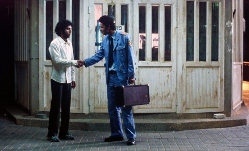 Shlomi Avraham e Saleh Bakri in una scena del film La banda, diretto da Eran Kolirin