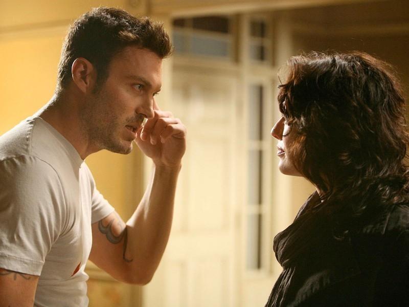 Brian Austin Green e Lena Headey in una scena di 'The Demon Hand', settimo episodio di Sarah Connor Chronicles