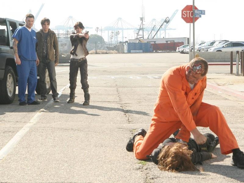Lena Headey, Brian Austin Green e Thomas Dekker assistono al combattimento tra Summer Glau ed un terminator in 'Queen's Gambit', quinto episodio di Sarah Connor Chronicles