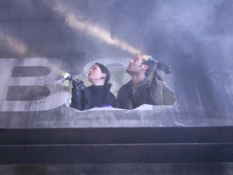 Lena Headey e Brian Austin Green in missione in 'Vick's Chip', ottavo episodio di Sarah Connor Chronicles