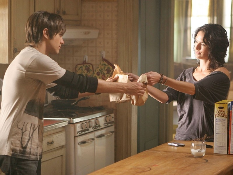 Lena Headey e Thomas Dekker in un momento tranquillo di 'Queen's Gambit', quinto episodio di Sarah Connor Chronicles