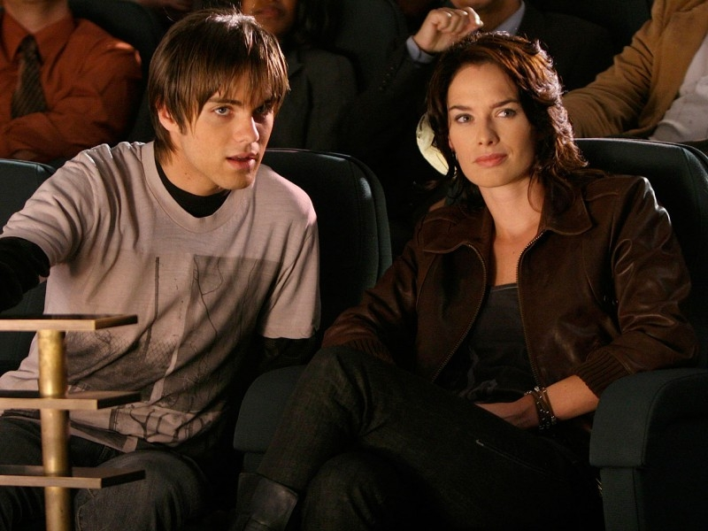 Lena Headey e Thomas Dekker in una scena di 'Queen's Gambit', quinto episodio di Sarah Connor Chronicles