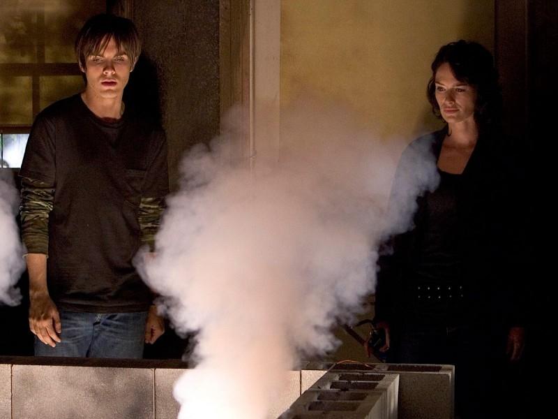 Lena Headey e Thomas Dekker in una scena di 'The Demon Hand', settimo episodio di Sarah Connor Chronicles
