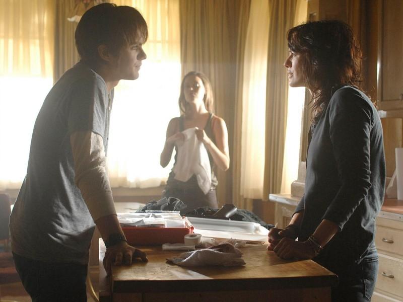 Lena Headey, Thomas Dekker e, sullo sfondo, Summer Glau in una scena di 'Gnothi Seauton', secondo episodio di Sarah Connor Chronicles