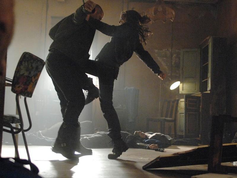 Summer Glau impegnata in combattimento in 'Gnothi Seauton', secondo episodio di Sarah Connor Chronicles