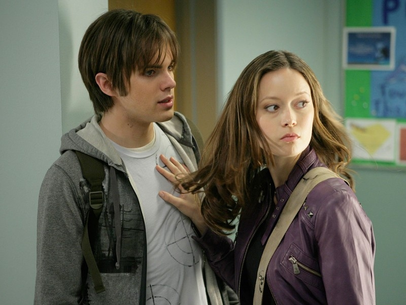 Summer Glau trattiene Thomas Dekker in una scena di 'Vick's Chip', ottavo episodio di Sarah Connor Chronicles