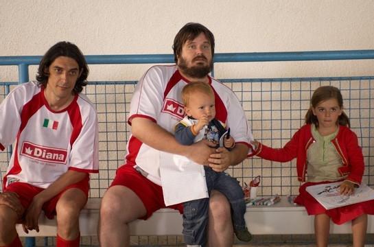 L'attore Giuseppe Battiston in una sequenza del film Amore, bugie e calcetto: