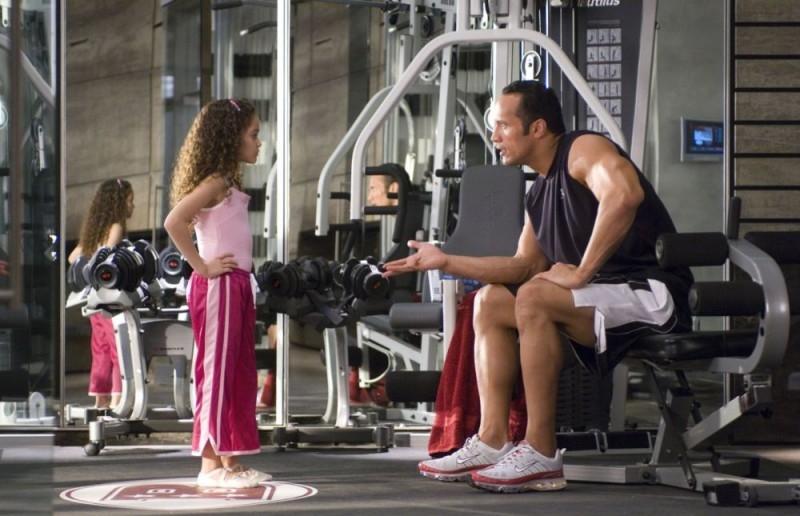 Dwayne Johnson e Madison Pettis in una scena del film Cambio di gioco