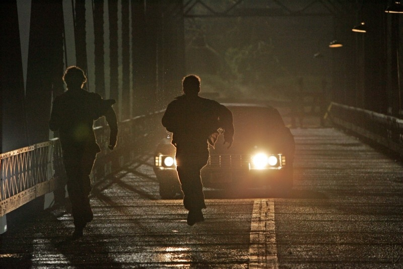 Jensen Ackels e Jared Padalecki scappano dal fantasma che si è impossessato dell'Impala nel pilot di Supernatural