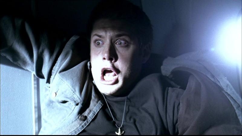 Jensen Ackles nei panni di Dean Winchester, in preda al panico mentre l'aero sta precipitando nell'episodio 'Phantom Traveller'