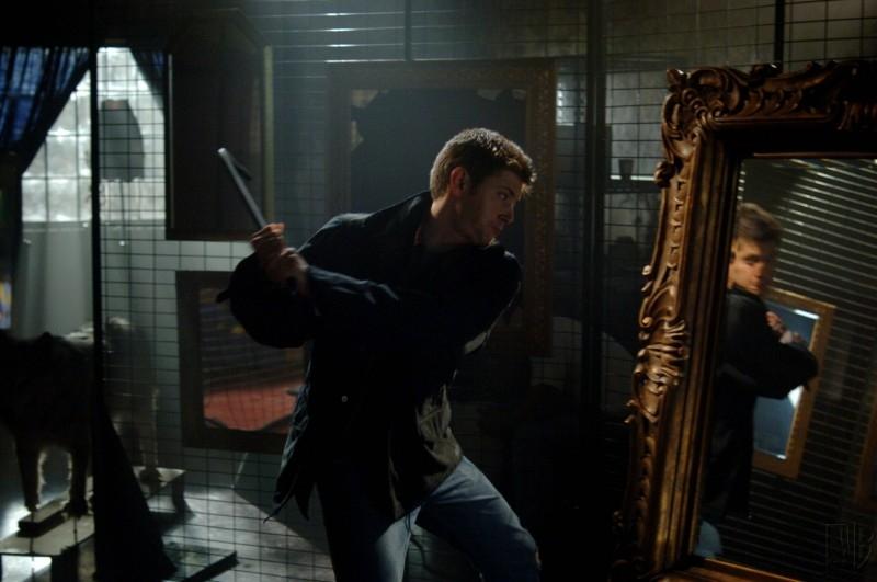 Jensen Ackles sta per mandare in mille pezzi lo specchio infestato dallo spirito di Bloody Mary nell'episodio 'Terrore allo specchio'