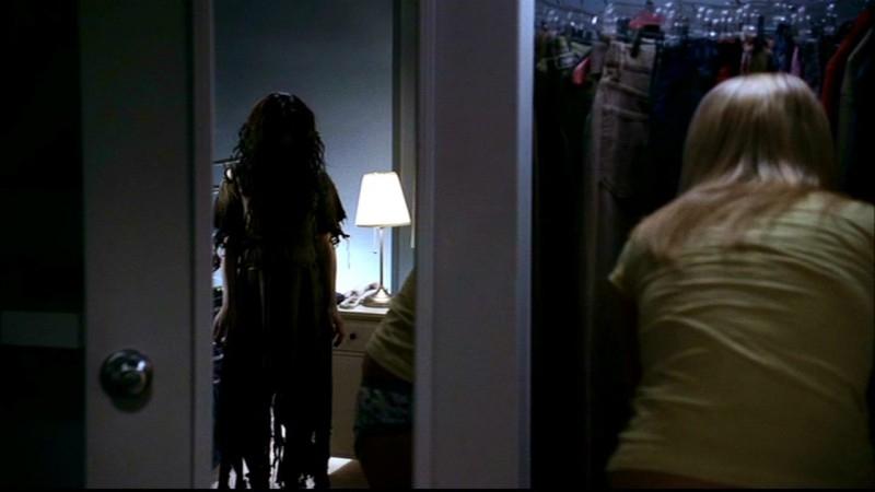 Bloody Mary compare allo specchio di una delle sue vittime nell'episodio 'Terrore allo specchio' di Supernatural