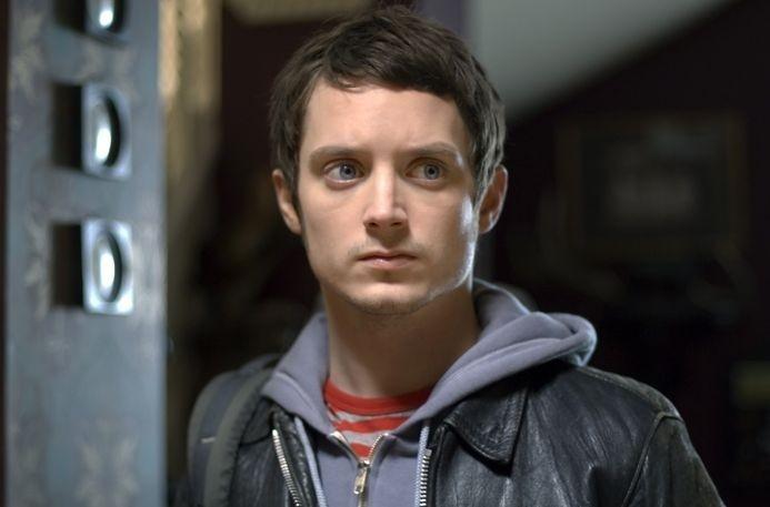 un irriconoscibile Elijah Wood in una scena del film Oxford Murders - Teorema di un delitto
